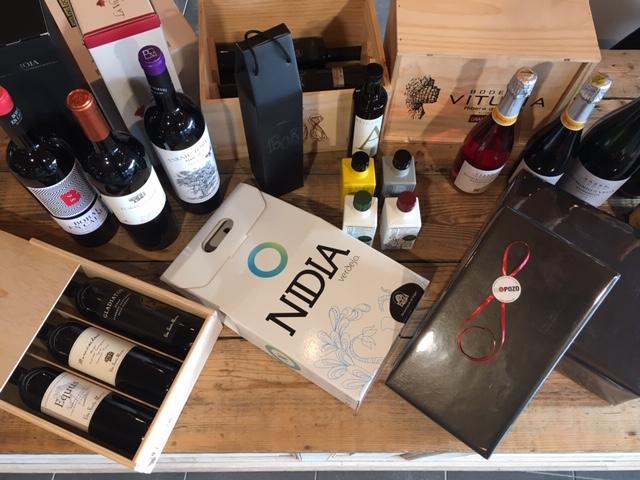Eindejaarsgeschenken : 1 , 2 of 3 flessen of delicatessen wij zorgen voor een mooie geschenkverpakking. Welkom y Hasta Pronto